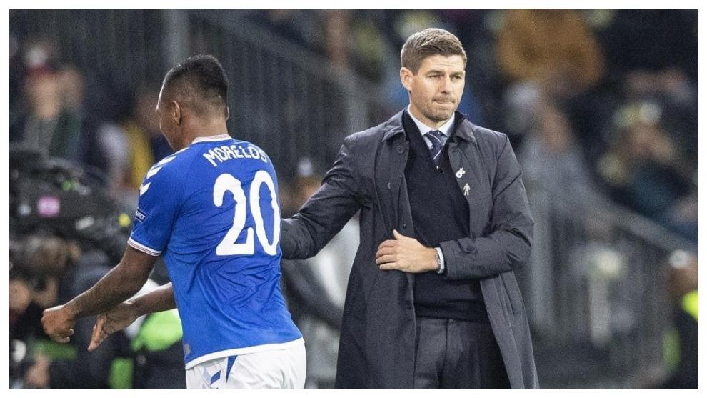 Steven Gerrard saluda a Alfredo Morelos tras sustituirle en un partido...