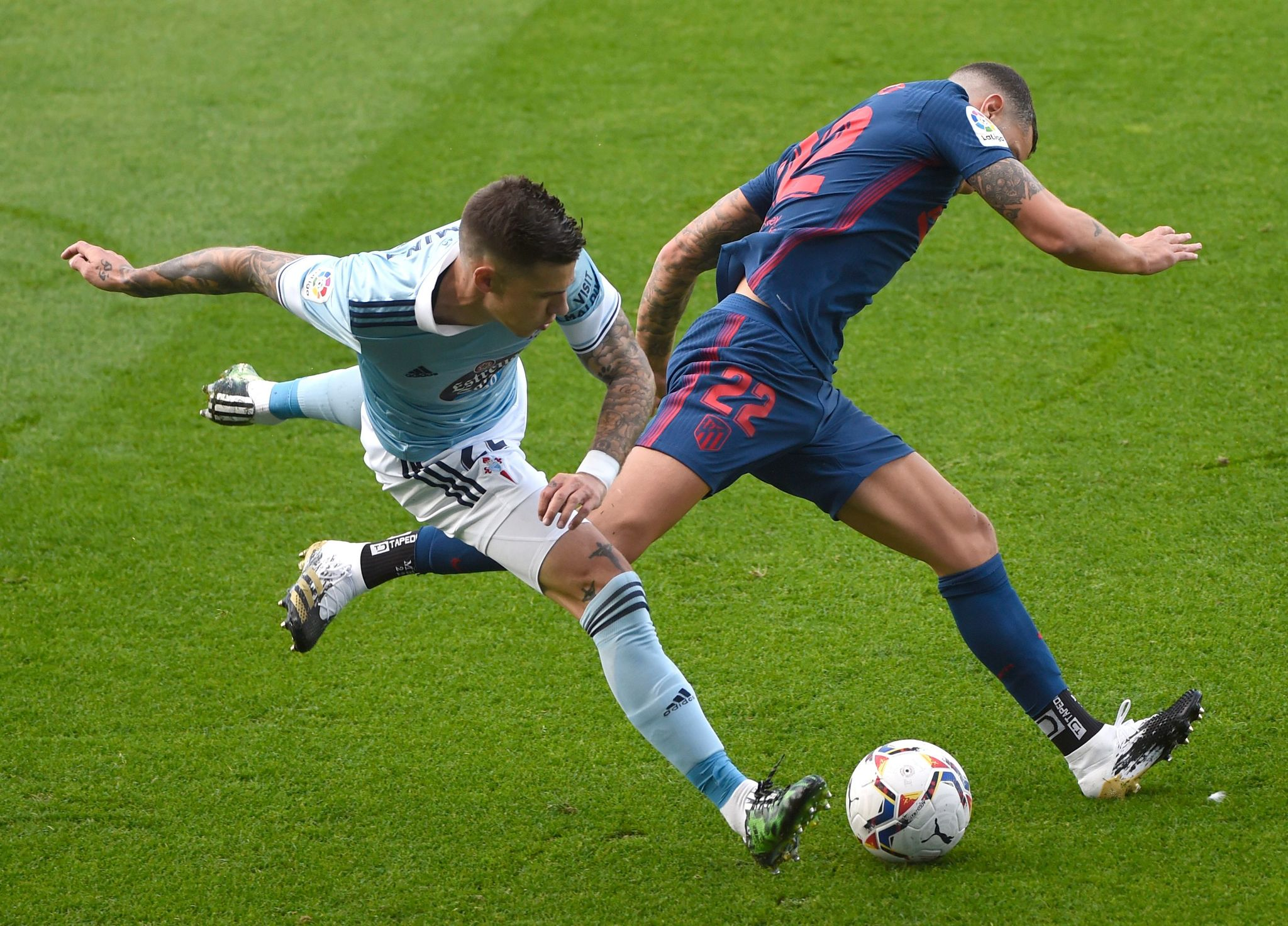 Celta Vigos Spanish forward Santi Mina (L) vies with Atletico Madrids Spanish defender Mario lt;HIT gt;Hermoso lt;/HIT gt; during the Spanish League football match between Celta Vigo and Atletico Madrid at the Balaidos stadium in Vigo on October 17, 2020. (Photo by MIGUEL RIOPA / AFP)
