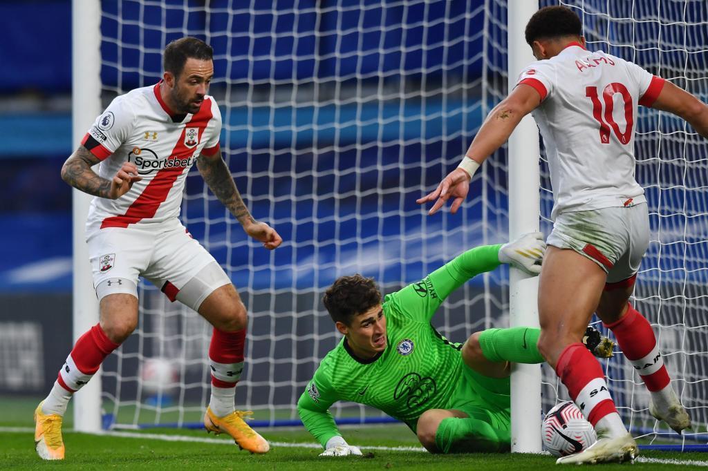 Che Adams recorta a Kepa para anotar el 2-2 del Southampton.