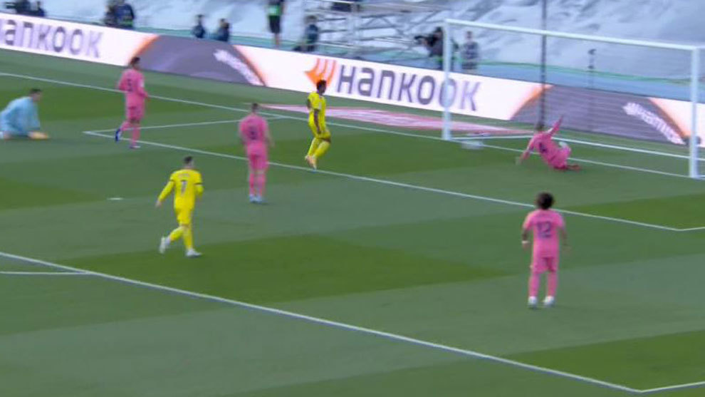 Ramos, salvando bajo palos el gol de Negredo
