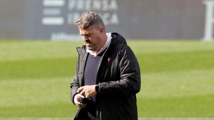 Óscar García, cabizbajo en Balaídos durante el partido ante el...