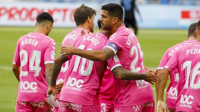 Los jugadores canarios celebran el gol de Araujo.