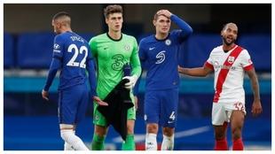 Kepa se retira del campo en Stamford Bridge.