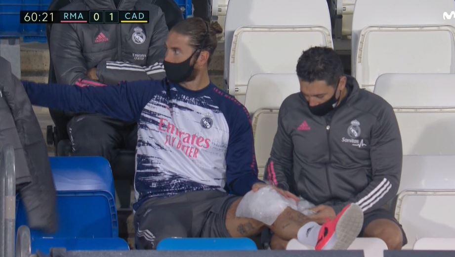 Ramos, siendo atendido en la grada tras ser sustituido.
