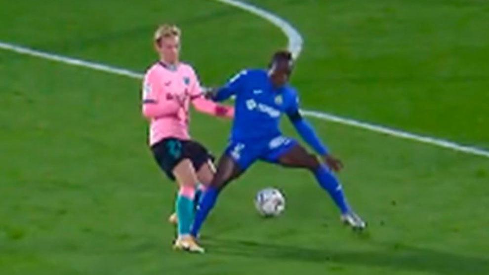 """""""De Jong pisa a Djené, la decisión de señalar el penalti es correcta"""""""
