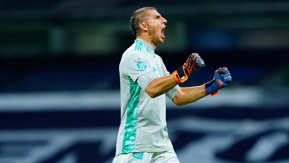 Nahuel Guzmán superó una marca sin recibir gol. |