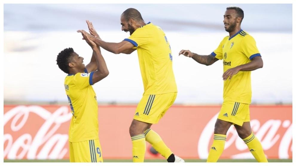 Lozano, Fali y Akapo celebran el gol conseguido por el ariete...