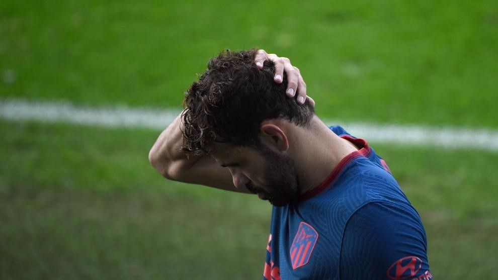 Costa se lamenta tras caer lesionado en Vigo.