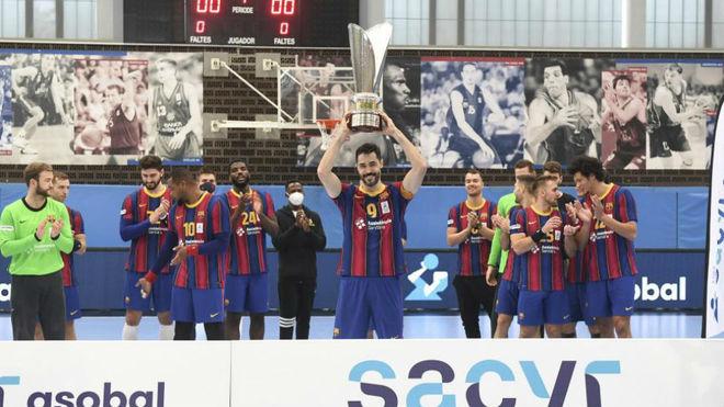 Raul Entrerríos levanta el trofeo de campeones de Liga