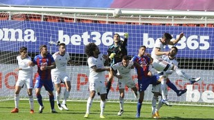 Sergio Herrera intenta despejar un balón.