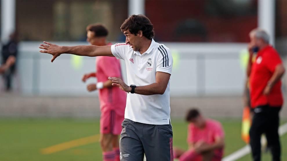 Raúl González (43) dirigiendo un encuentro del Real Madrid Castilla