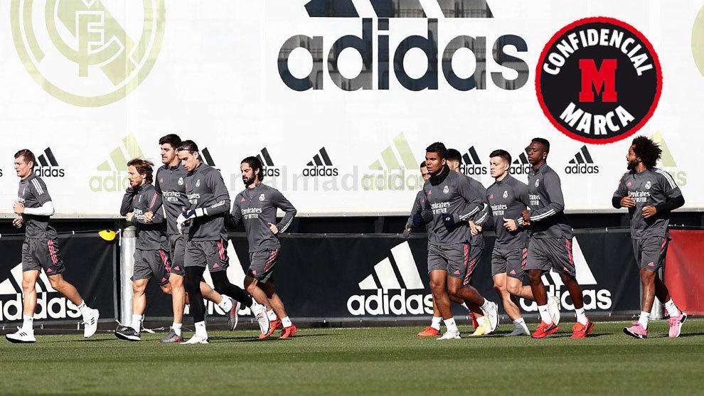 Los jugadores del Madrid, haciendo carrera durante el entrenamiento.
