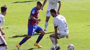 Pozo intenta marcharse de Oier en el partido ante Osasuna.