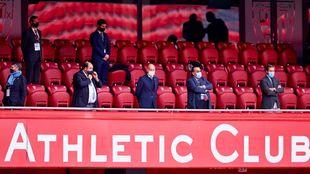 Elizegi, en el centro, poco antes de que comenzar el Athletic-Levante...