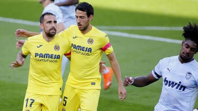 Parejo y Alcácer celebran el primer gol del Villarreal.