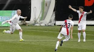 Isi Palazón celebra el gol de la victoria del Rayo en Vallecas