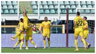 Gio Simeone marca el 1-2 del Cagliari ante el Torino.