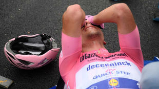 Joao Almeida, exhausto tras cruzar la meta de la decimoquinta etapa...