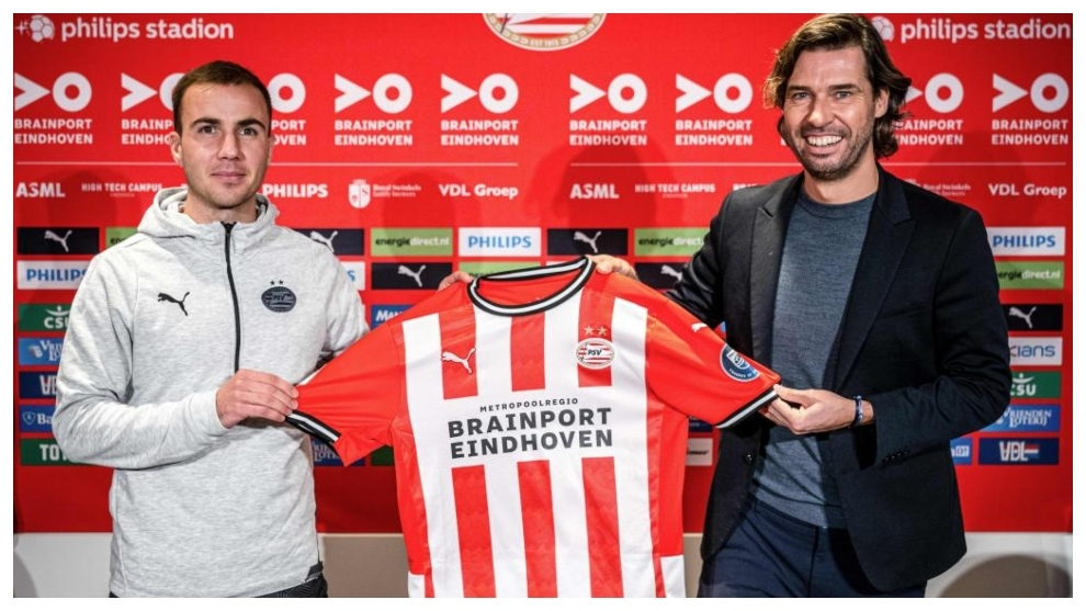 Mario Götze, en su presentación junto al director técnico del PSV,...