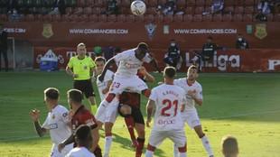 Ndiaye salta para despejar un balón aéreo