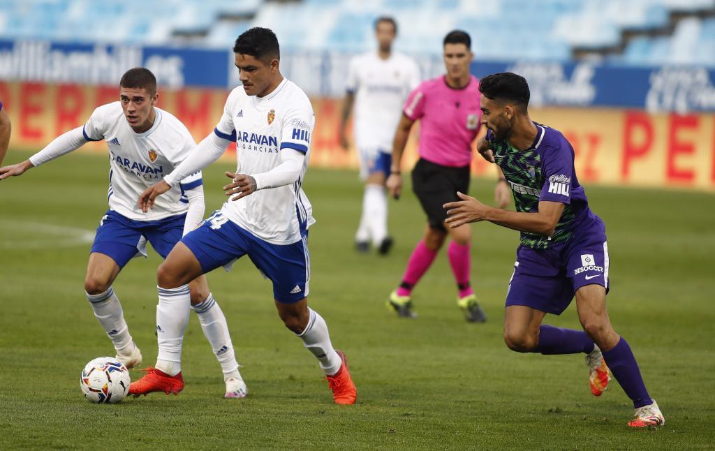 El 'Toro' Fernández conduce el balón en un lance del partido