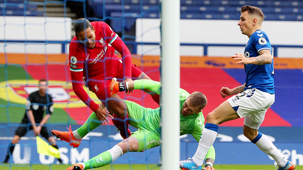 Virgil van Dijk salió lesionado en el duelo ante Everton