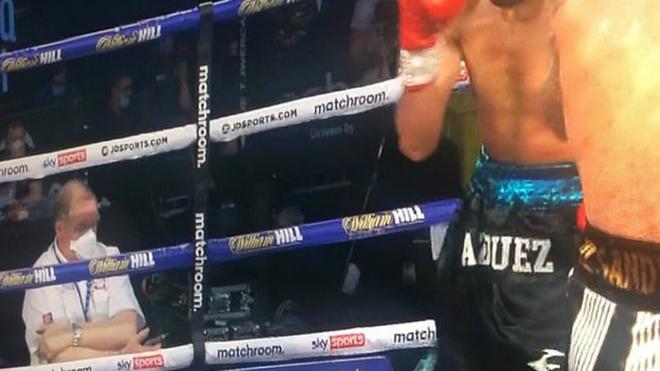 La pillada del siglo en el boxeo: un juez estaba mirando el móvil durante un asalto