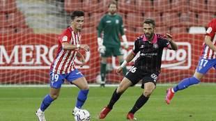 Manu García avanza con el balón controlado ante Aitor Sanz