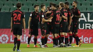 Los jugadores de la Real Sociedad celebran uno de sus goles.