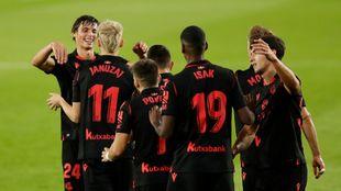 Los jugadores de la Real celebran el tanto de Januzaj.