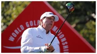 Phil Mickelson juega un driver en un torneo anterior.