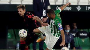Monreal disputa un balón con Joaquín, en el Villamarín.
