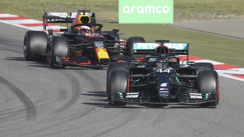 Hamilton, por delante de Verstappen.
