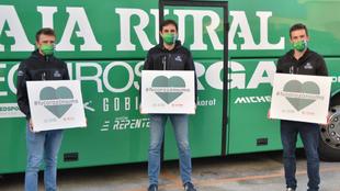 Jonathan Lastra, Ricardo Goñi y Xabier Muriel sujetan un cartel con...