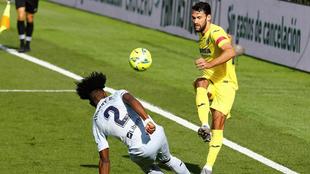 Alfonso supera a Correia durante el derbi.