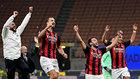 Ibra y los jugadores del Milan celebran su triunfo en el derbi.