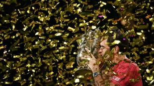 Roger Federer besa el trofeo del Torneo de Basilea de 2019.