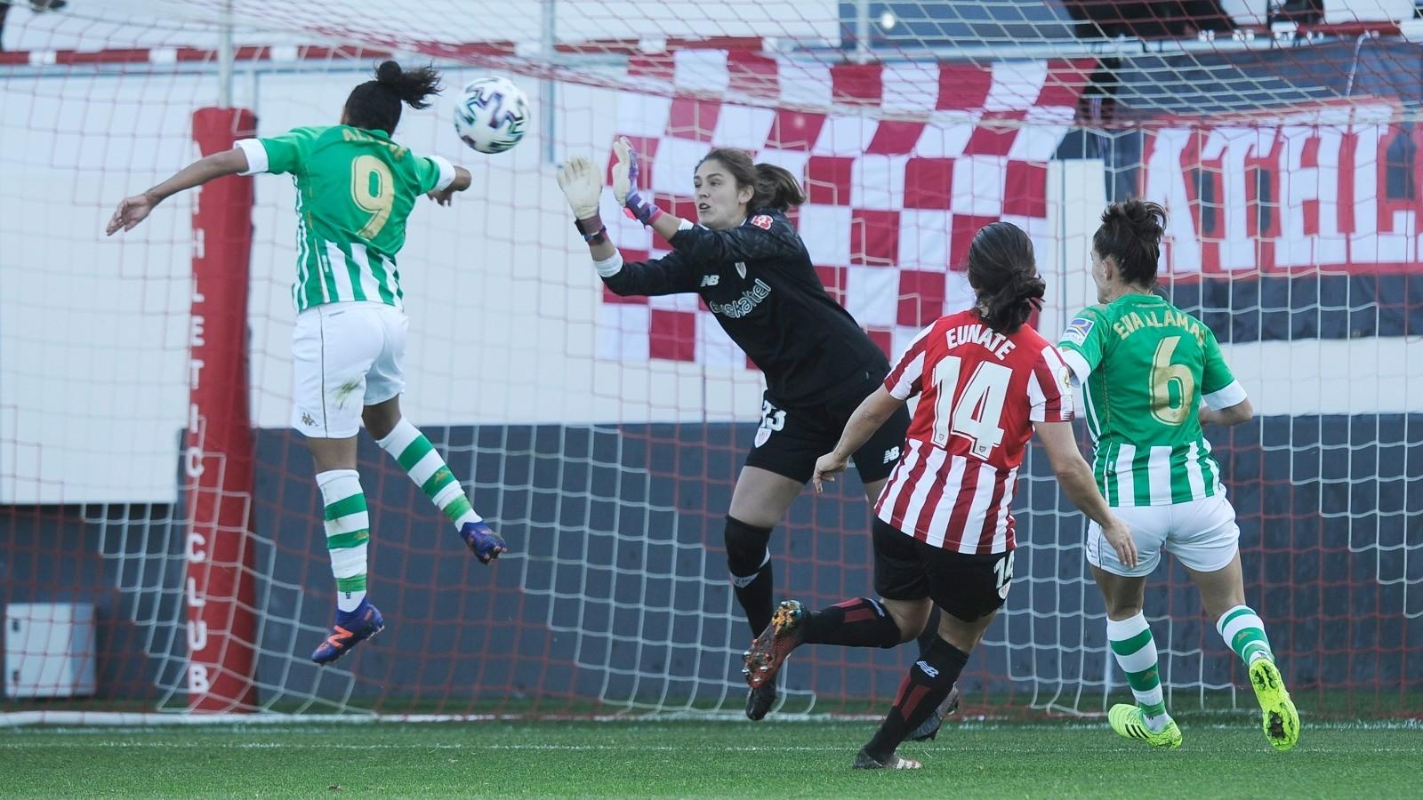 Amaia Peña para un cabezazo de Oriana Altuve en el partido ante el...