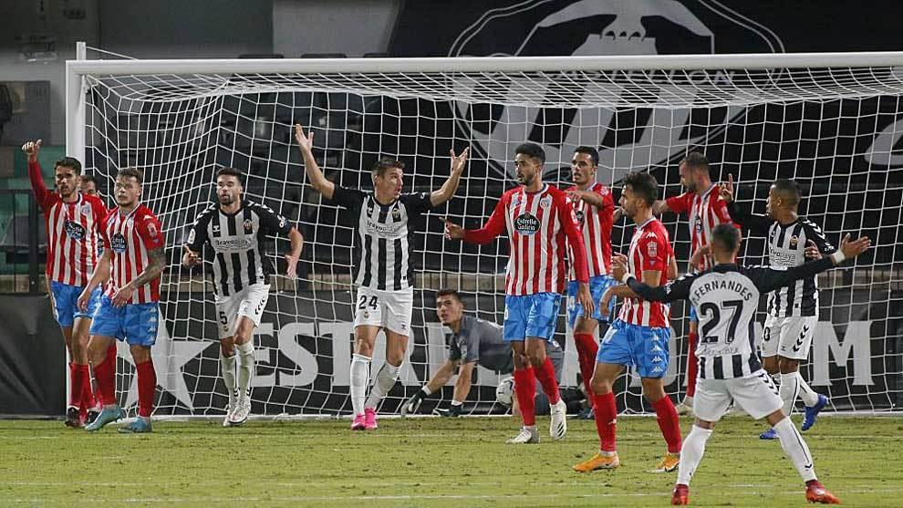 Los jugadores del Castellón protestan en la acción del gol anulado