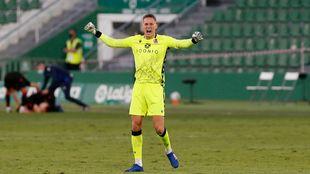 Remiro celebra uno de los goles de la Real en Elche.
