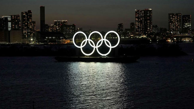 Los aros olímpicos en la bahía de Tokio.