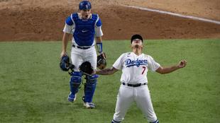 Julio Urías festeja el pase de los Dodgers a la Serie Mundial.