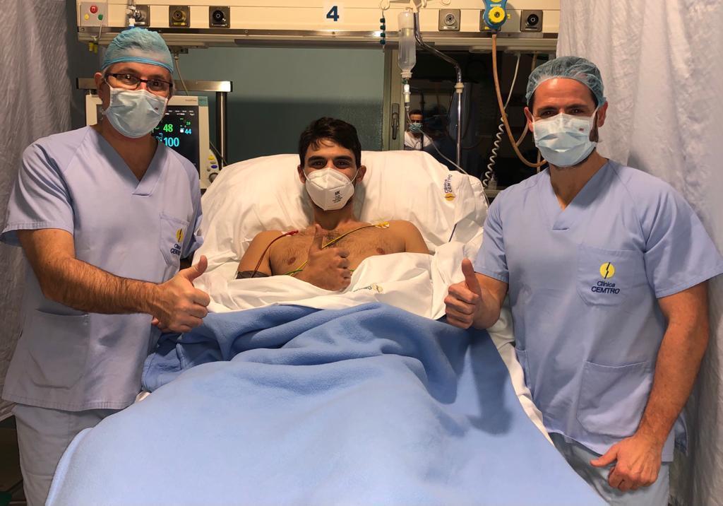 Tomeu Rigo junto a los doctores Manuel Leyes y César Flores en...
