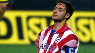 Santi Denia en un partido con la camiseta del Atlético de Madrid.
