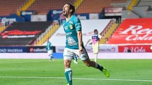 Fernando Navarro le hace gol al América.