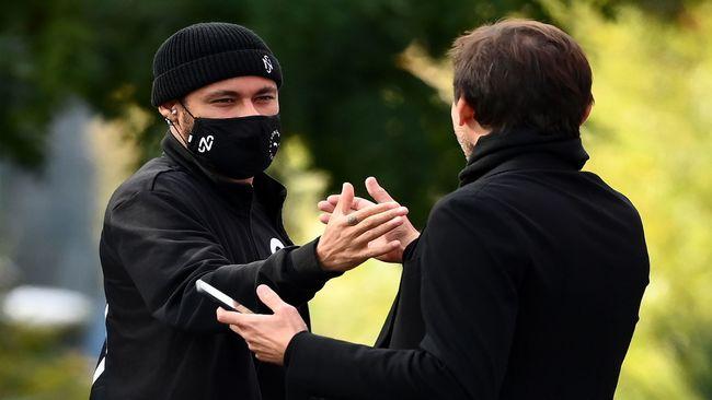 Neymar se saluda con Leonardo en la previa del duelo ante el United