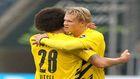 Witsel y Haaland se abrazan tras un gol del noruego