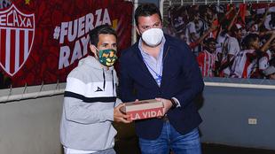 Fernando Navarro le entrego parte del lote del calzado a Santiago San...