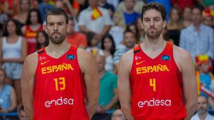 Los hermanos Gasol durante un partido con la selección española