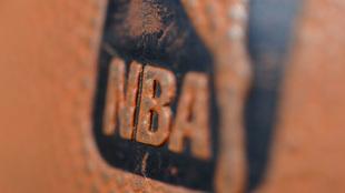 Imagen de un balón con el logo de la NBA
